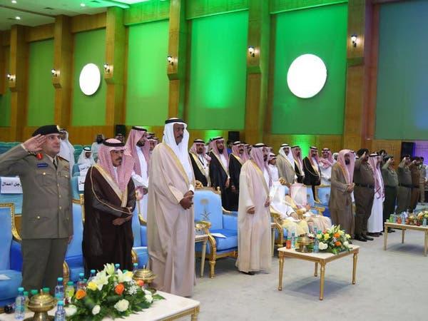 لماذا جلس اثنان ووقف الجلال للسلام الملكي في حفل الجوف؟