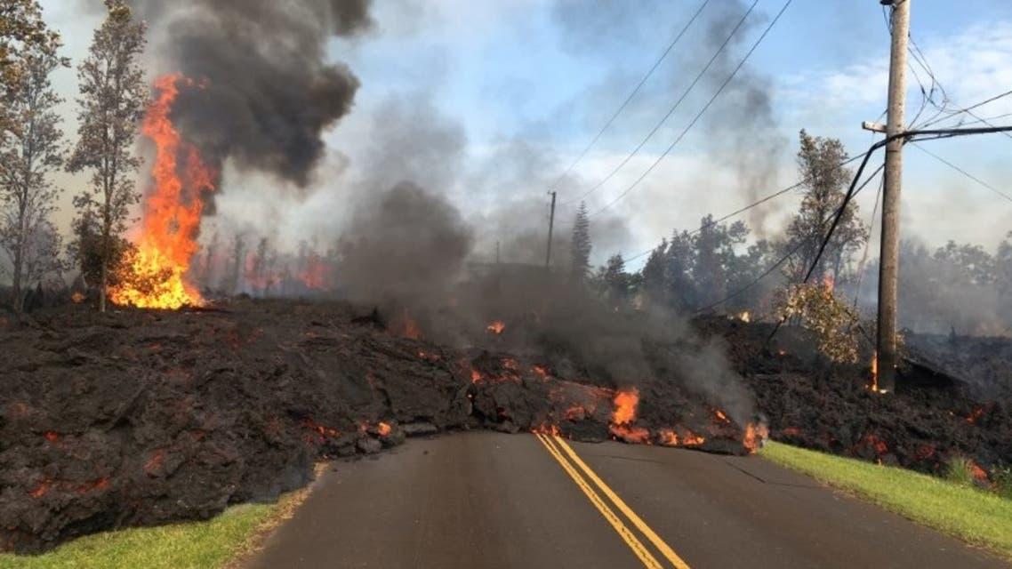 حمم بركانية على طريق قرب بركان كيلاويا في هاواي يوم 5 مايو