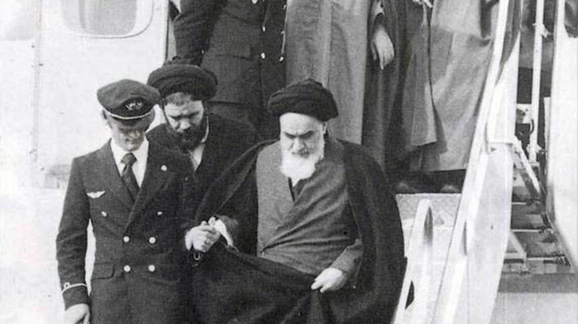الخميني في مطار مهر آباد في طهران لدى عودته من باريس