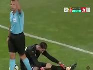 شاهد.. حارس المنتخب التونسي يدعي الإصابة وزملاؤه يفطرون