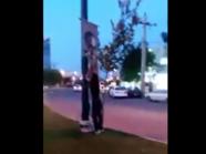 بالفيديو.. هكذا عبّر شاب إيراني عن مشاعره تجاه الخميني