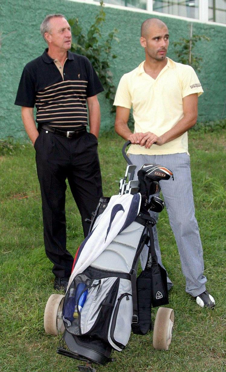 غوارديولا بجانب أستاذه كرويف