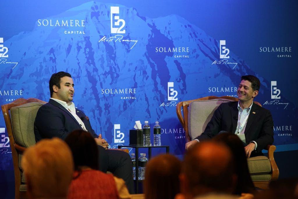 شہزادہ  خالد بن سلمان  کے ساتھ  پینل میں  امریکی ایوان  نمائندگان  کے اسپیکر   پال   ریان  شریک ِگفتگو  ہیں۔