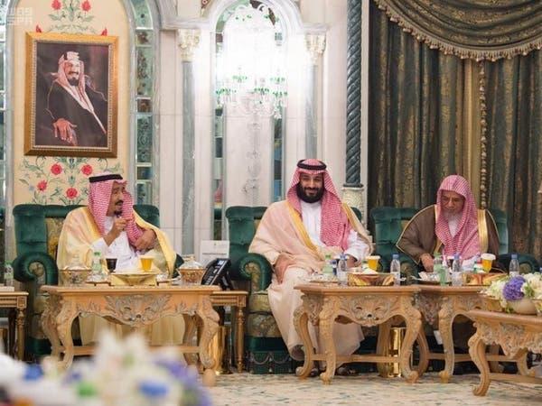 الملك سلمان يستقبل علماء وأئمة الحرم المكي ووزير الحج