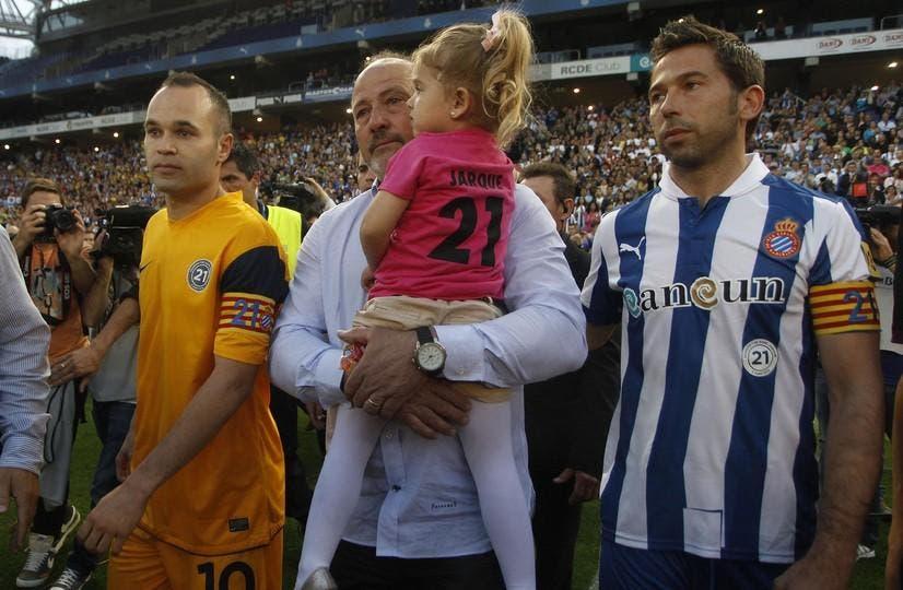إنييستا إلى جانب والد خاركي وابنته الصغيرة بالإضافة إلى راؤول تامودو