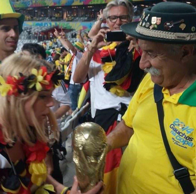 لقطته الشهيرة وهو يهدي الفتاة الألمانية الكأس
