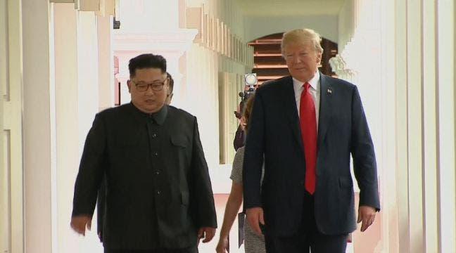 يسيران معا عقب المصافحة الأولى