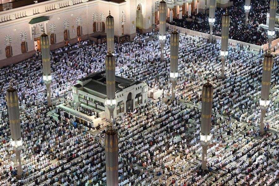 The Two Holy Mosques and their courtyards were overflowing with the faithful who came to pray. (SPA)