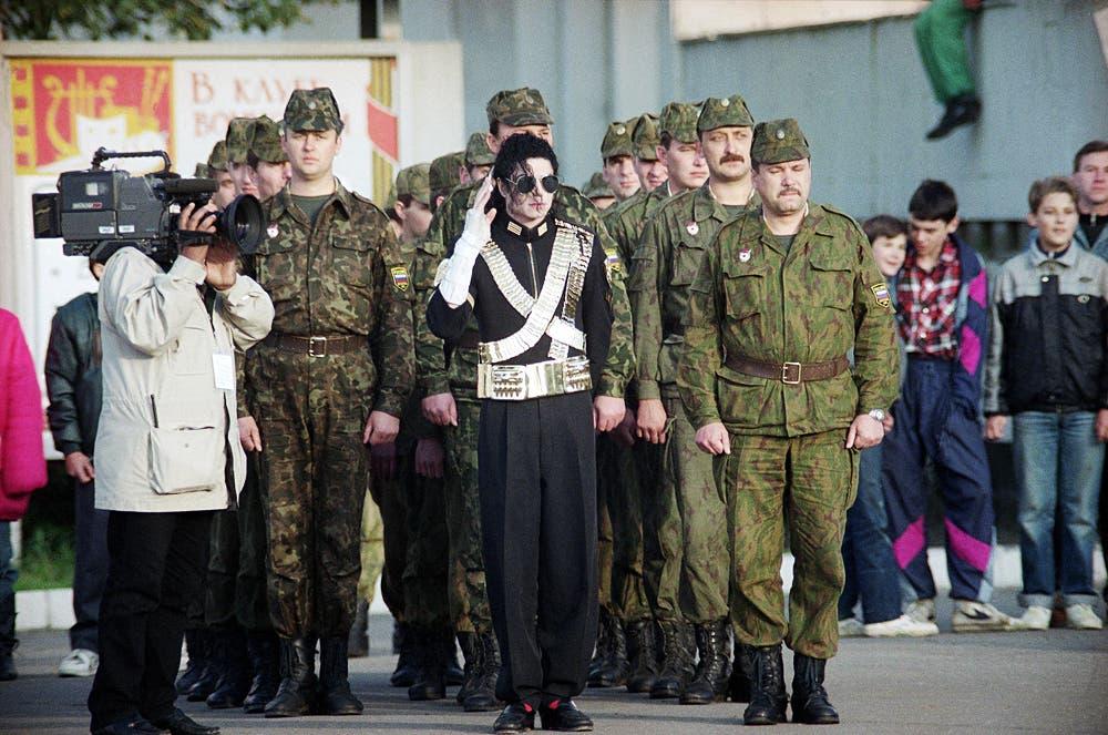 مايكل جاكسون مع الجنود الروس في عام 1993