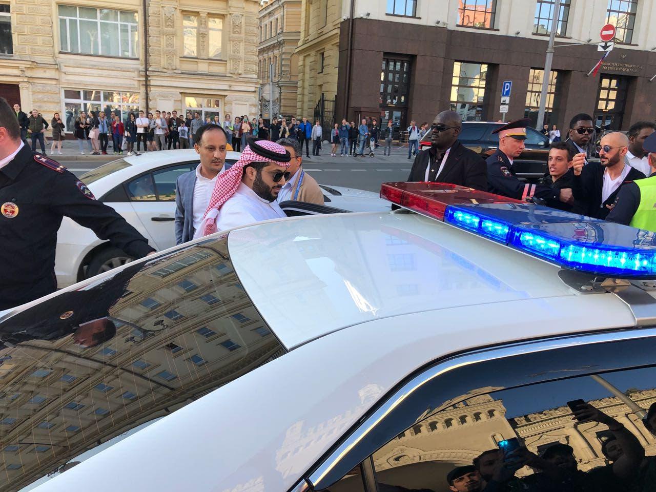 آل الشيخ مستقلاً سيارة الشرطة للخروج من زحام الجماهير
