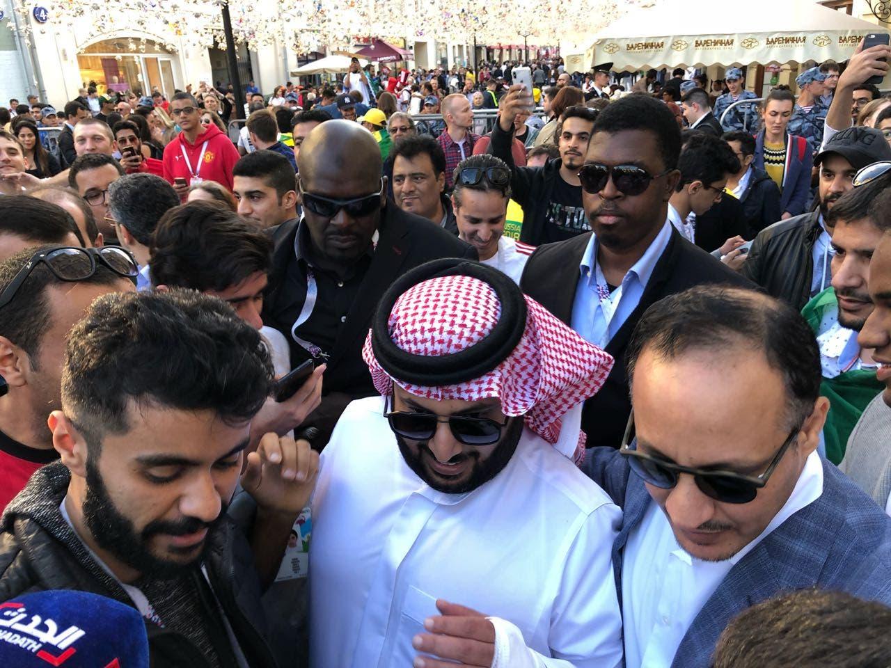 الأمن محاولاً إخراج آل الشيخ من وسط الجماهير