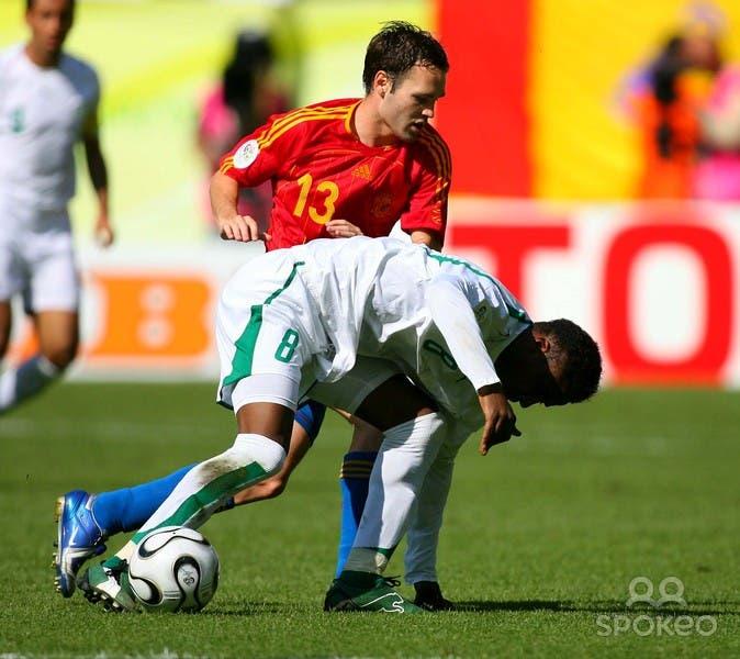 محمد نور أمام الإسباني إنييستا في آخر مباراة كأس عالم لعبها السعوديون