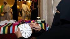 """نساء الأحساء يصنعن """"طاقية الأثرياء"""" في مهنة متوارثة"""