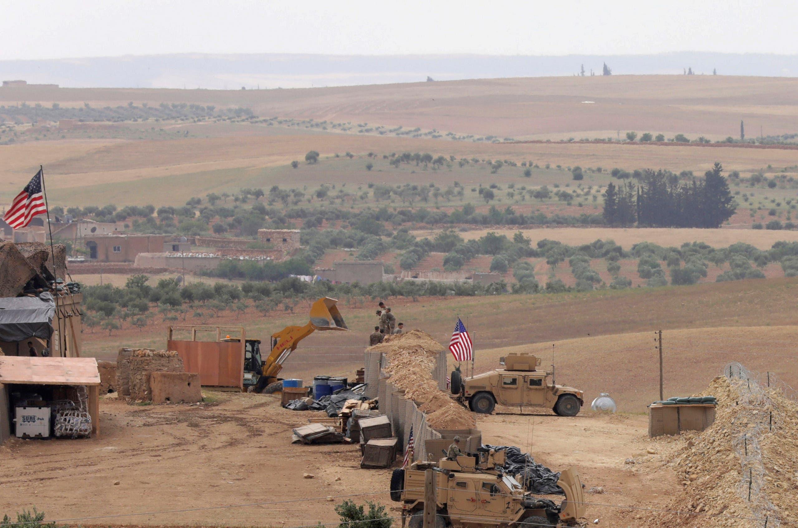 قوات أميركية في قاعدة في منبج بسوريا يوم الثامن من مايو أيار 2018