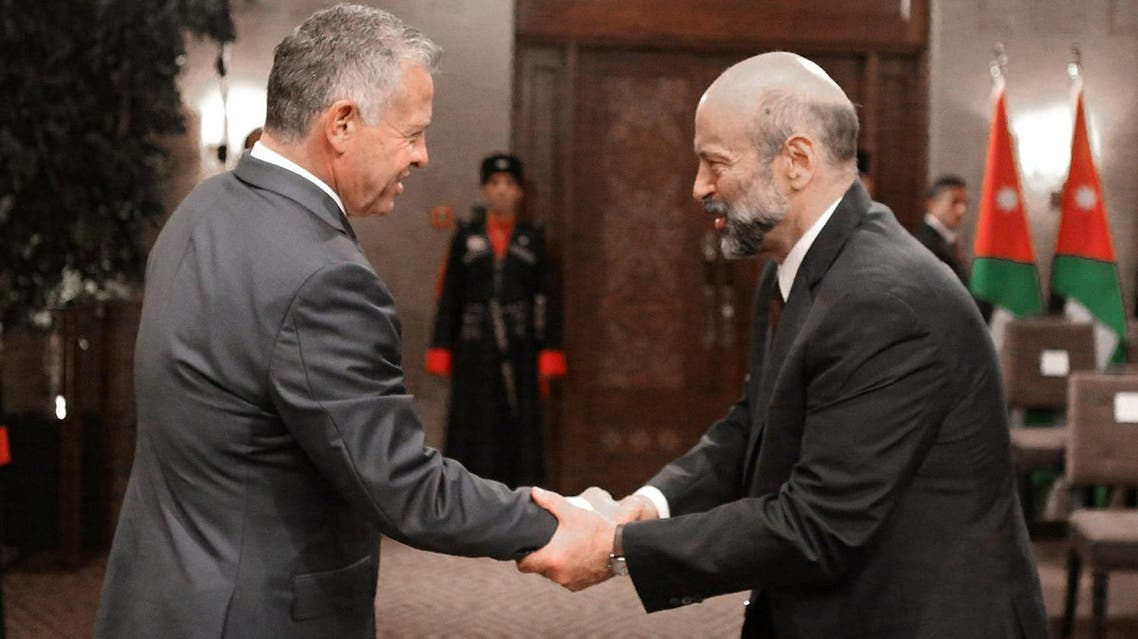 King Abdullah II shakes hands with Prime Minister Omar al-Razzaz during a swearing-in ceremony of the new cabinet in Amman, Jordan June 14, 2018. (Reuters)