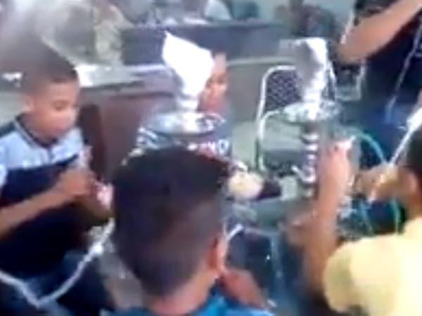 فيديو صادم.. أطفال مصريون يدخنون الشيشة في مقهى