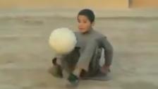 فٹ بال کا جنون، بلوچ بچے کی پیشہ وارانہ مہارت دیکھیے!