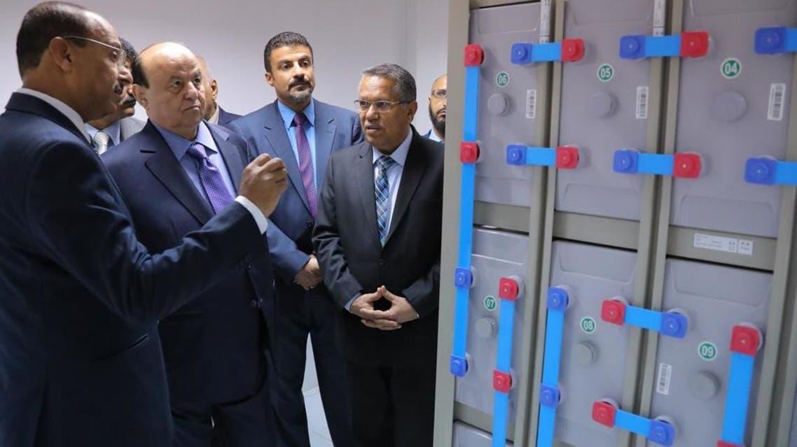 الرئيس اليمني أثناء افتتاح مشروع خدمة الاتصالات