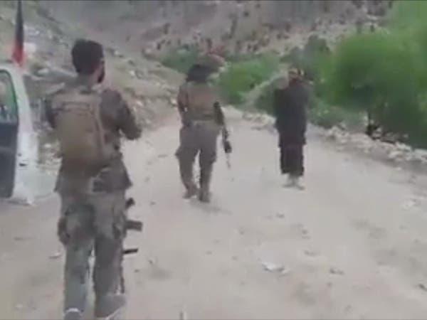 """الإخوة الأعداء.. طالباني """"يُراقص"""" جنديا أفغانيا بالسلاح"""