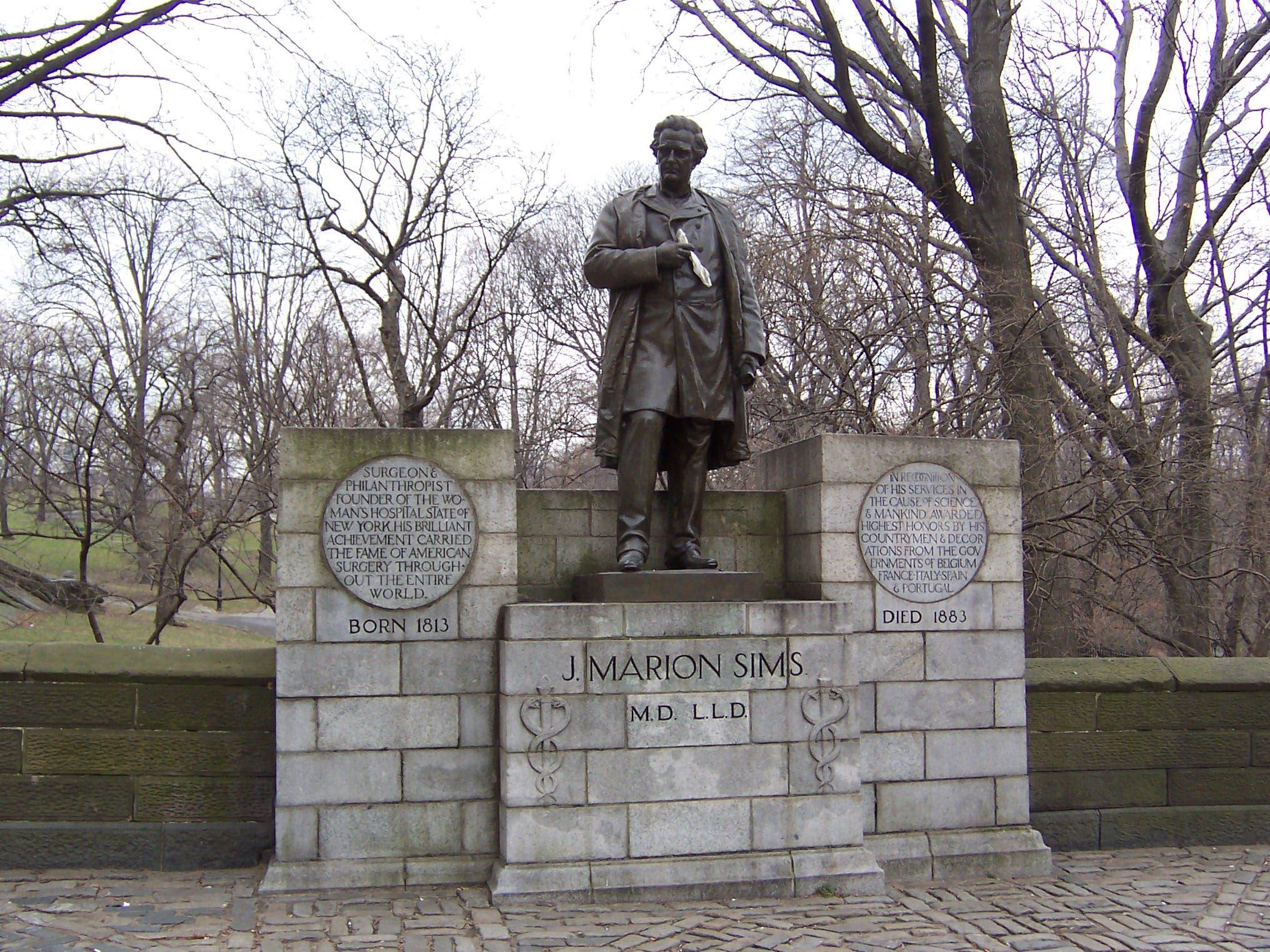 صورة لتمثال الطبيب جيمس ماريون سيمز الذي كان موجودا بسنترال بارك