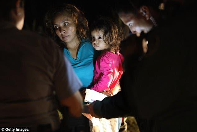 يانيلا في يد والدتها أثناء توقيفهما