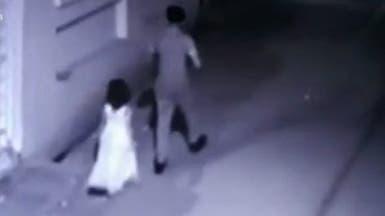 شاهد لحظات اختطاف رجل لطفلة اغتصبها وقتلها بوحشية