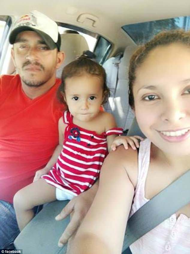 الطفلة يانيلا بين والدها دنيس ووالدتها ساندرا