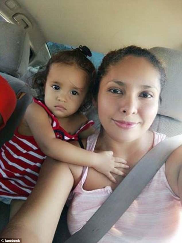 يانيلا  مع والدتها