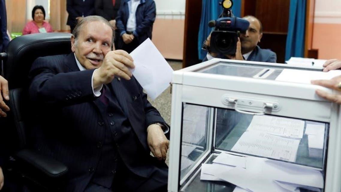 الرئيس الجزائري يدلي بصوته في الانتخابات الرئاسية العام الماضي