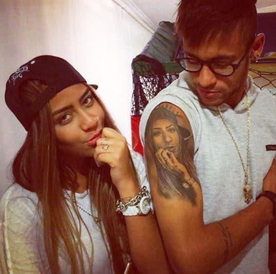 نيمار واشما وجه أخته على ذراعه الأيمن