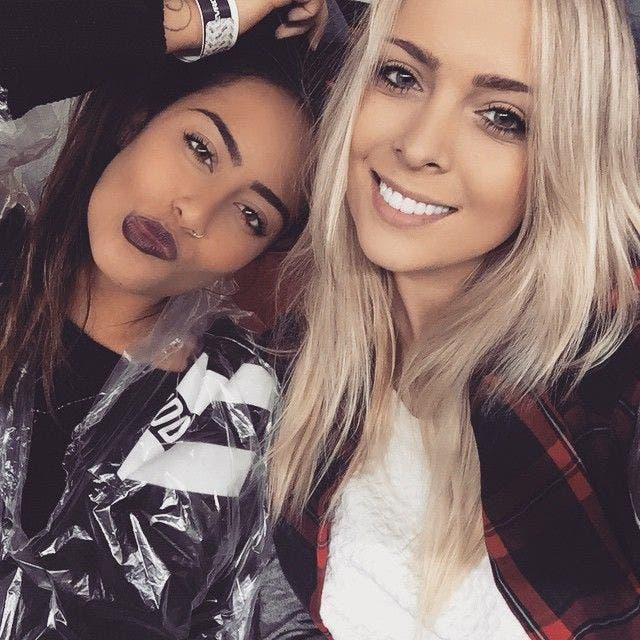 رافائيلا بجانب صديقتها