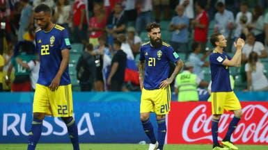 لاعبو السويد يحفزون زميلهم المتسبب بهدف كروس