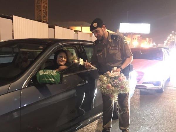 صور.. هكذا استقبل رجال المرور قائدات المركبات بالسعودية