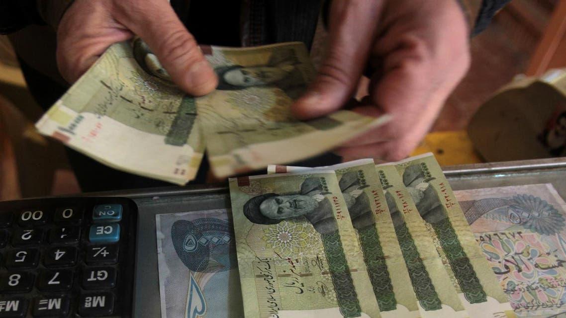 An Iraqi money dealer counts Iranian rial banknotes. (File photo: AFP)