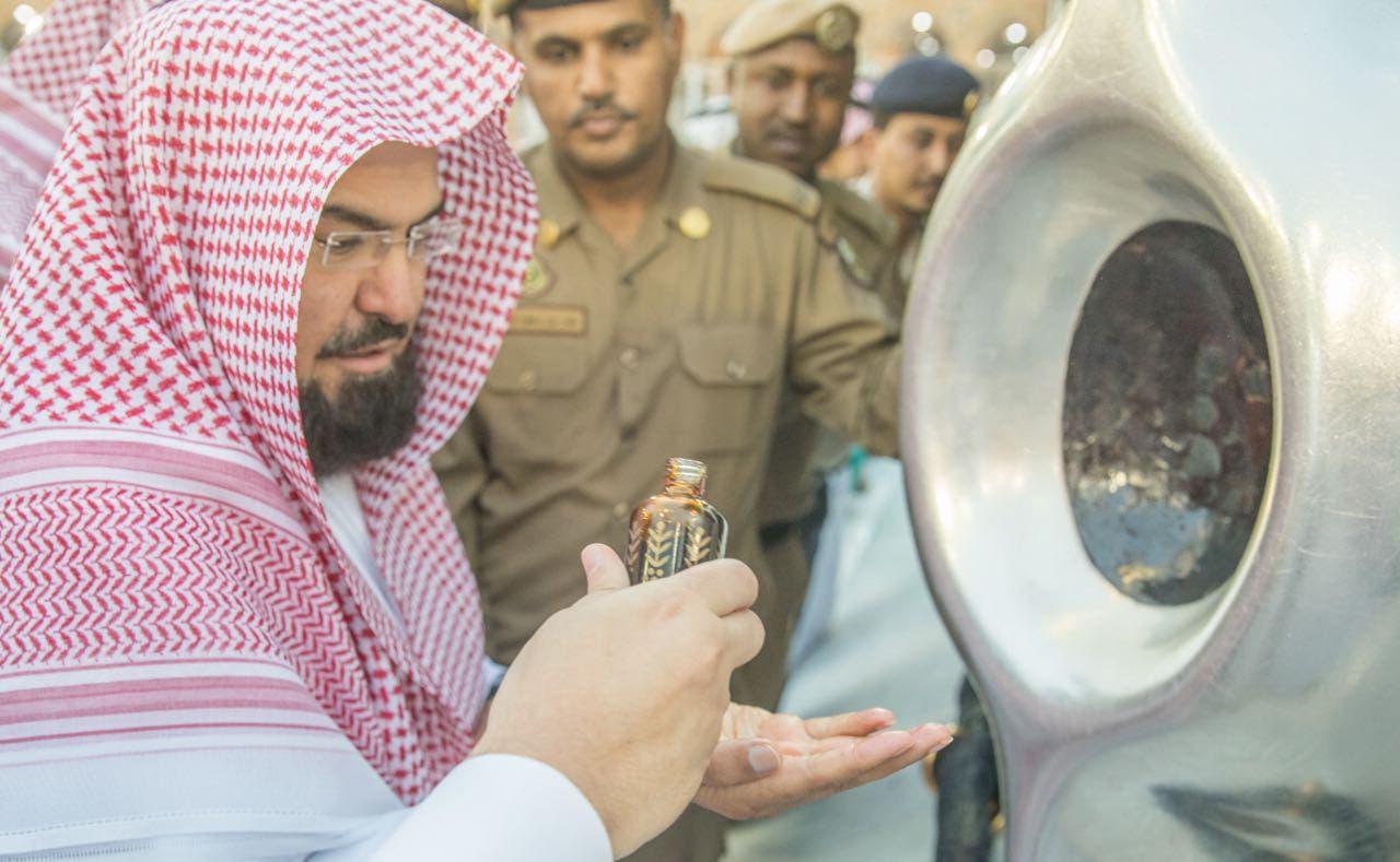 Petugas sedang membersihkan Batu Hitam menggunakan air yang dibuat secara khusus disertai doa.