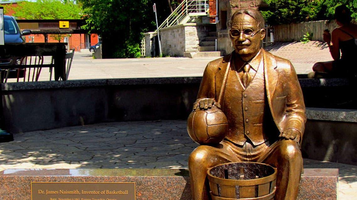 تمثال لمخترع كرة السلة جيمس نايسميث بمسقط رأسه بمنطقة أونتاريو بكندا