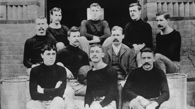 صورة التقطت سنة 1892 لجيمس نايسميث برفقة فريق كرة السلة بجمعية الشبان المسيحيين