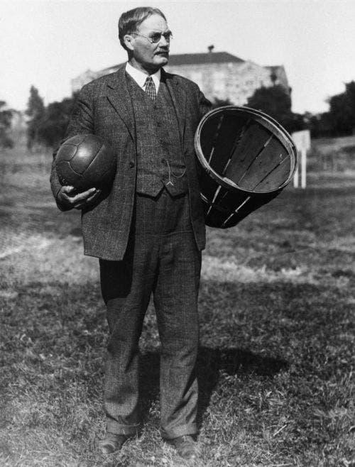 صورة لمخترع لعبة كرة السلة الكندي جيمس نايسميث برفقة السطل والكرة