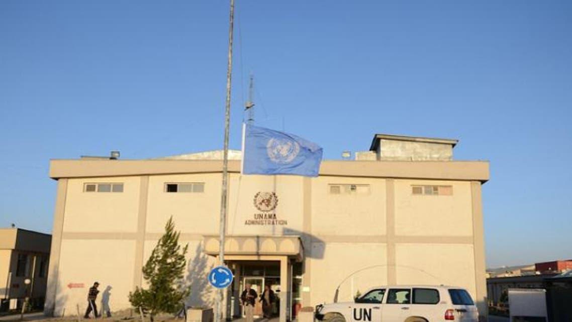 دفتر معاونیت سازمان ملل متحد در کابل (یوناما) در پاسخ به تحصن کاروان صلح خواهان هلمندی اعلام کرد که این نهاد متعهد است تا از حرکت مردمی برای رسیدن به صلح حمایت کند. دفتر معاونیت سازمان ملل در کابل با نشر بیانیهای گفت، یوناما متعهد به حمایت از شهروندان افغانستان که بهخاطر تمدید آتشبس و آغاز مذاکرات برای رسیدن به صلح و ختم جنگ تلاش میکنند، میباشد. یوناما همچنان به کاروان صلح خواهان هلمند گفت که دروازه این نهاد برای بحث در مورد تمدید آتشبس و آغاز گفتوگو برای ختم جنگ باز میباشد. این درحالیست که کاروان صلح خواهان هلمندی روز گذشته پس از دریافت پاسخ رد از سوی گروه طالبان بهخاطر تمدید آتشبس، در نزدیک دفتر سازمان ملل متحد در کابل تحصن کردند. این کاروان از دفتر سازمان ملل متحد خواستند تا افغانها را در ختم جنگ کمک کنند. گفتنی است که این کاروان قرار است در برابر سفارتخانههای ایران، پاکستان، روسیه، بریتانیا و امریکا در کابل نیز دست به تحصن بزنند. کاروان صلح خواهان ولایت هلمند 18 ژوئن به شهر کابل پایتخت افغانستان رسیدند. این افراد نزدیک به 45 روز پیش از شهر لشکرگاه مرکز ولایت هلمند سفرشان را با پای پیاده بسوی کابل آغاز کردند و خواهان صلح و ختم جنگ شدند. این کاروان، هدفشان را جلب توجه دولت افغانستان، گروه طالبان و مردم به صلح عنوان کردهاند. این حرکت پس از یک حمله انتحاری خونبار در شهر لشکرگاه در ولایت هلمند ایجاد شد که در آن دهها غیرنظامی کشته شدند. اعضای این کاروان روز شنبه 23 ژوئن در یک نشست خبری در شهر کابل اعلام کردند که طالبان پیشنهاد صلح آنها را رد کردهاند.