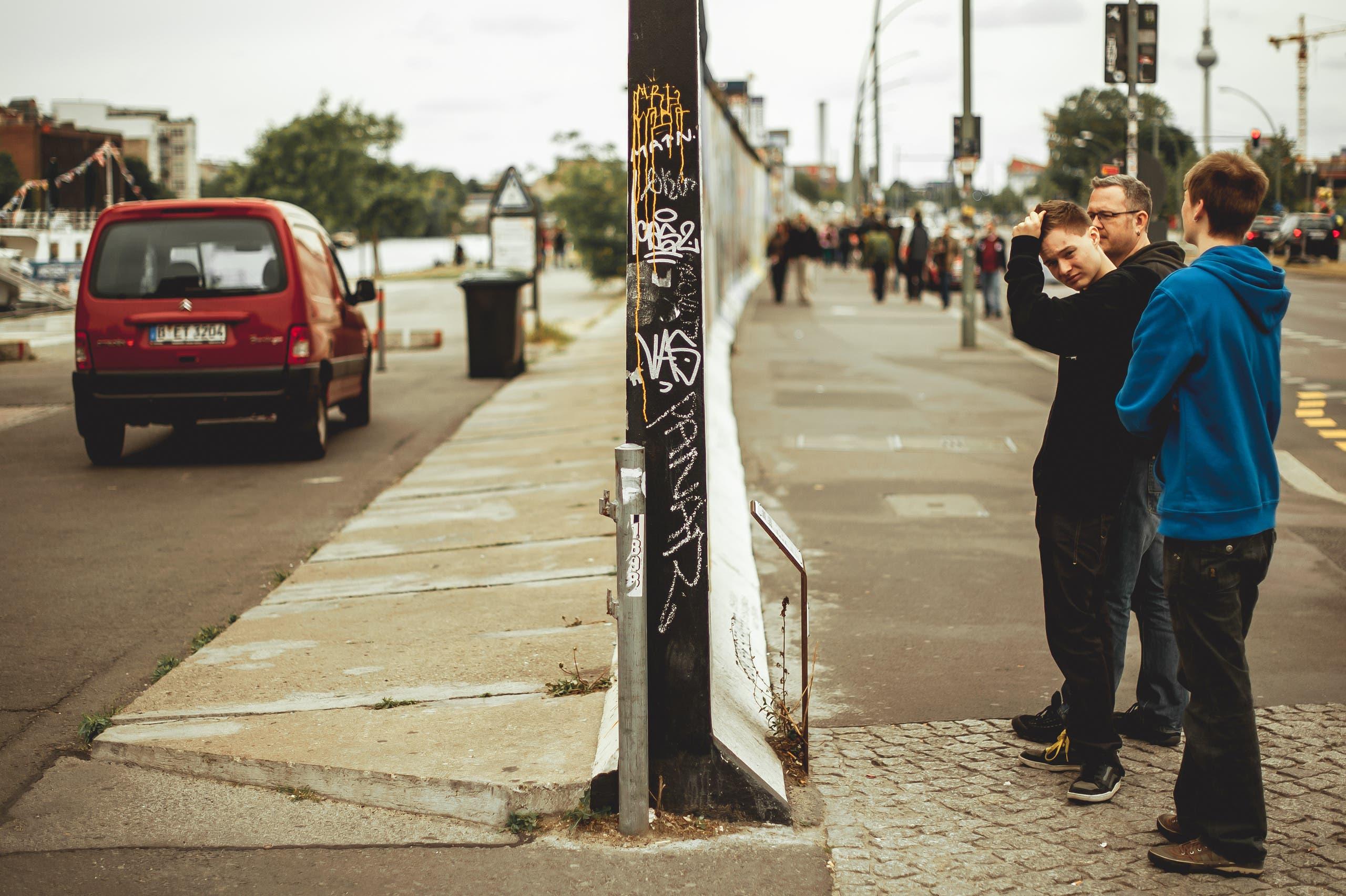 People watching the Berlin Wall. (Shutterstock)