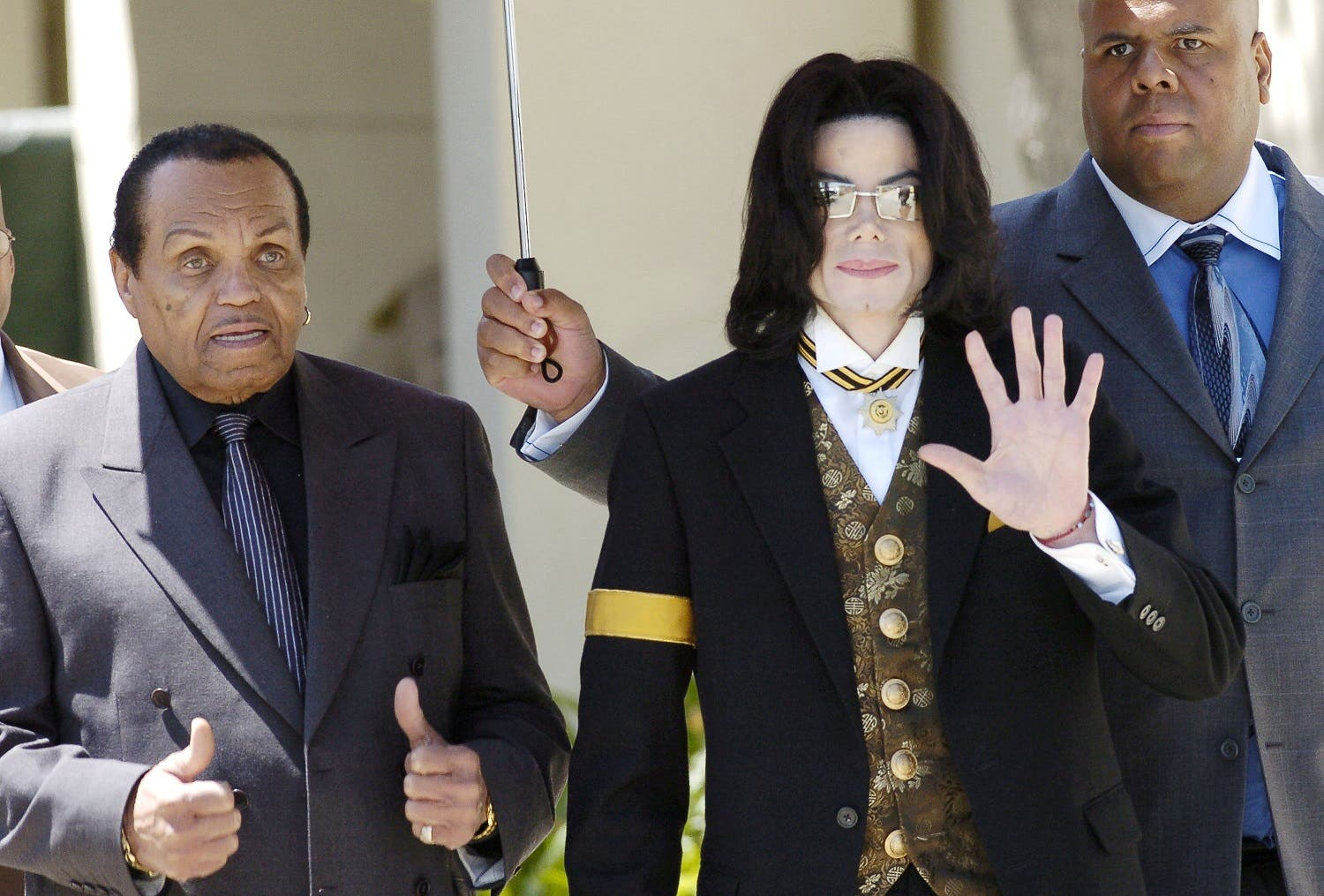 Pop star Michael Jackson waves as he and his father Joe Jackson (L) leave the courthouse in Santa Maria, California April 25, 2005. (Reuters)
