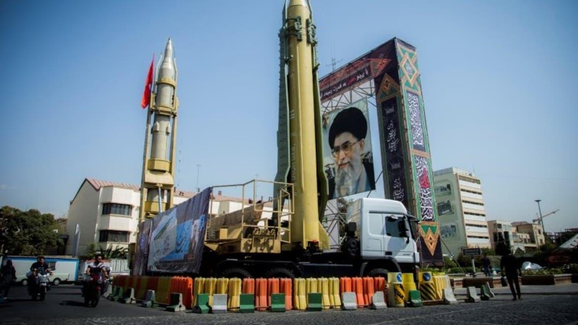صورة لخامنئي أمامها نموذجان لصاروخين معروضة في ميدان بطهران