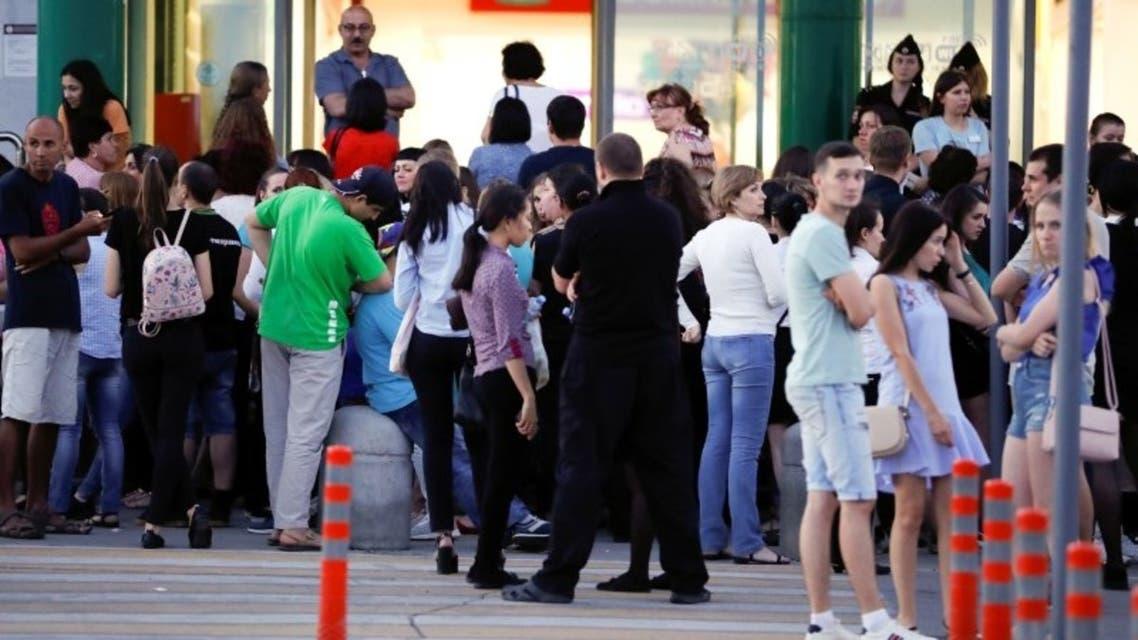 أشخاص خارج مركز تسوق في مدينة سمارا الروسية الخميس