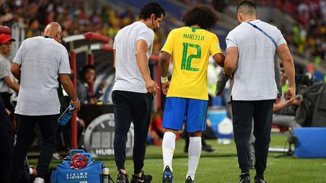 طاقم البرازيل الطبي مساعدا مارسيلو عقب تبديله