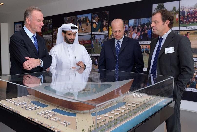 ساندرو روسيل إلى جانب حسن الذوادي رئيس لجنة المشاريع والإرث القطرية
