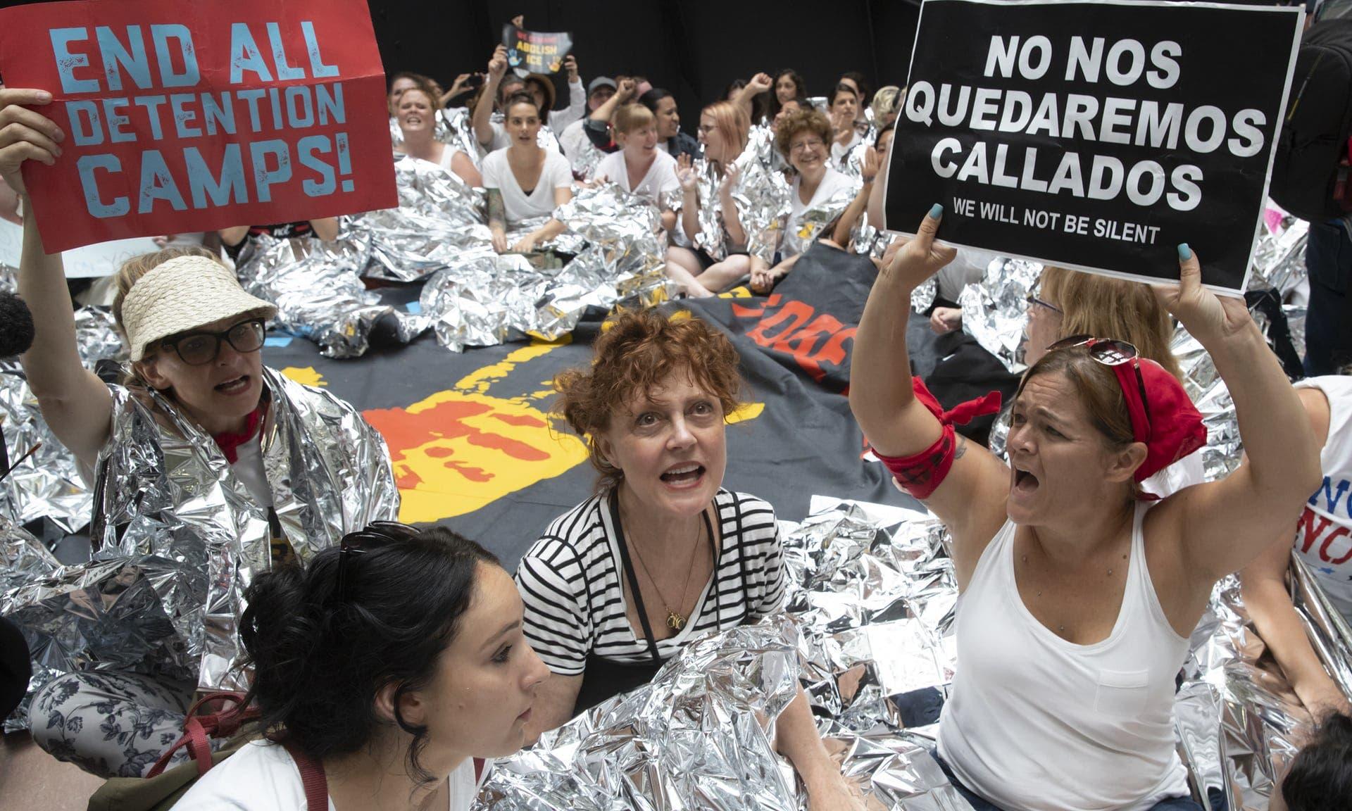 شعارات ضد سياسة فصل أطفال المهاجرين غير الشرعيين عن أسرهم