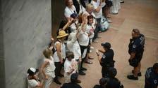 شاهد اعتقال مئات النساء في مظاهرة ضد ترمب