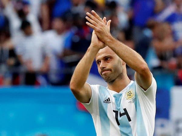 بالدموع.. ماسكيرانو يخلع قميص الأرجنتين ويتحول إلى مشجع