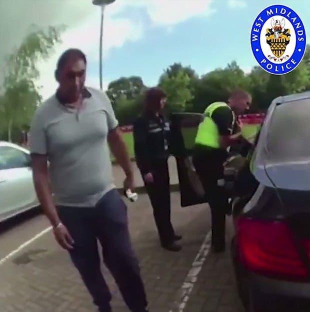 رجال الشرطة يهرعون لفحص جثة القتيل في المقعد الأمامي