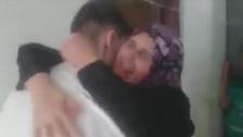 فيديو مؤثر لمعارض سوري يعانق والديه بعد إطلاق سراحه